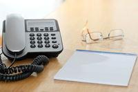 Telefon und Dokument am Schreibtisch