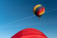 Detail eines startenden bunten Heißluftballons