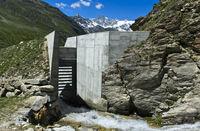 Durchlass mit Balkensperre, Schutzbau gegen Murenniedergänge und Geschiebelawinen, Wallis, Schweiz