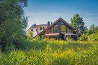 Wohnhaus auf Wiese