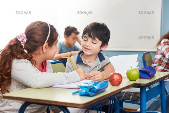 Zwei Kinder helfen sich beim Lernen