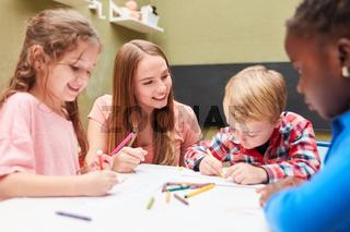 Gruppe Kinder hat Spaß beim Zeichnen