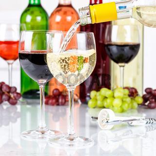Wein einschenken eingießen Weinflasche Weinglas Weißwein Weisswein Quadrat Flasche
