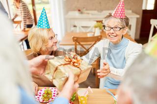 Senior Frau als Geburtstagskind freut sich