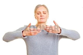 Ältere Frau macht freie Atmung