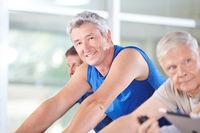 Senioren beim Spinning im Fitnesscenter