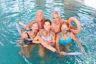 Senioren machen einen Hydrotherapie Kurs