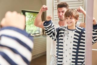 Vater und Sohn ballen Fäuste im Spaß