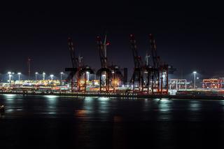 Containerbrücken im Hafen von Hamburg in der Nacht