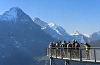 Touristen auf der Aussichtsplattform vor der Eiger Nordwand