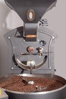 Röstmaschine mit fertige Kaffeebohnen