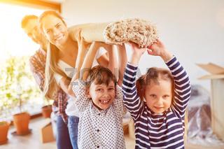 Kinder helfen Familie beim Teppich tragen