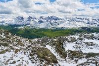 Alpen Gebirge mit Schnee im Sommer