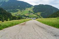 Leere Landstraße in den französischen Alpen