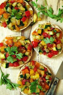 kleine Brötchenpizzen mit Zucchini- Paprika Gemüse