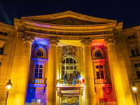 Blick auf ein beleuchtetes Gebäude in Paris, Frankreich