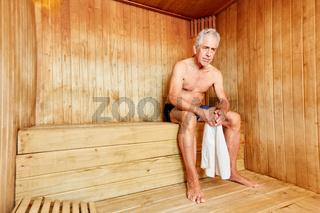 Senior Mann in der Sauna im Spa Hotel
