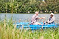 Zwei Senioren machen Bootstour auf dem See