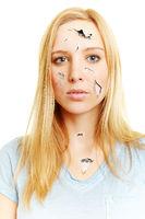 Blonde Frau mit rissiger Haut benötigt Hauptpflege