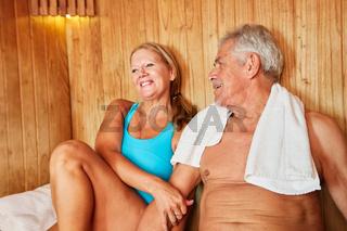 Senioren Paar genießt die Sauna
