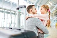Tochter holt ihren Vater am Flughafen Terminal ab