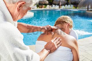 Mann gibt Frau eine Wellness Massage