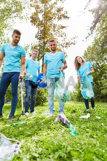 Gruppe Umweltschützer sammelt Müll