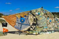 Fisch, Skulptur aus Strandabfall und Muscheln, Öko-Kunst, Tavira, Algarve, Portugal