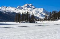 Blick über den gefrorenen Champfersee zum Gipfel Piz de la Margna, Engadin, Graubünden, Schweiz