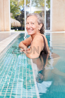 Vitale Senior Frau im Schwimmbecken