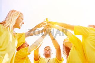 Erfolg mit Pokal in Team oder Mannschaft