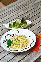 Kaesespaetzle mit Salat