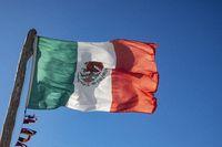 mexikanische Flagge im blauen Himmel