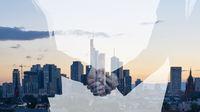 Business Handshake vor Büros in Stadt