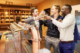 Männer trinken Bier an Theke einer Bar