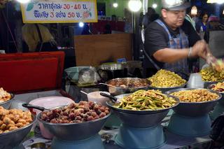 Stand mit landestypischen Speisen,  Chillva Markt, Phuket, Thail