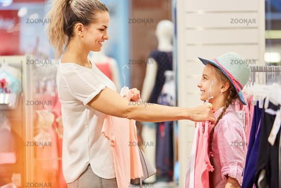 Mutter beim Aussuchen von Kleidung