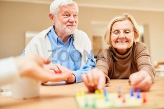 Rentner Paar hat Spaß beim Brettspiel