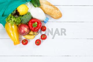 Einkauf Lebensmittel einkaufen Früchte Obst und Gemüse Textfreiraum Copyspace von oben Holzbrett