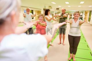 Senioren trainieren in einem Rückengymnastik Kurs