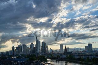 Frankfurt am Main Skyline mit vielen Wolken am Himmel