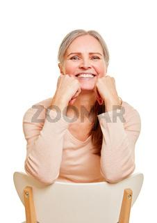 Portrait einer lächelnden Seniorin von vorne