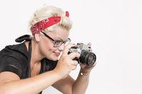 Rockabillylady mit nostalgischer Spiegelreflexkamera