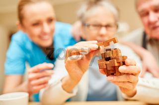 Demente Seniorin steckt Bausteine zusammen