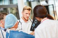 Ärzteteam in der Radiologie bespricht MRT