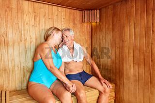 Verliebtes Paar Senioren in der Sauna