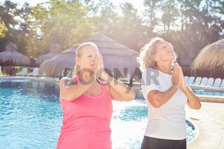 Zwei Frauen machen Yoga Meditation