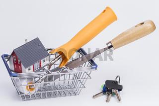 Werkzeug mit Haus mit Einkaufskorb
