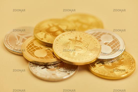 Foto Viele Bitcoin Münzen Und Andere Kryptowährungen Bild 12371031