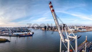 Luftaufnahme einer Containerbrücke im Hafen von Hamburg mit der Elbphilharmonie und Hafencity im Hin